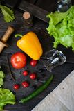 De l?gume toujours dur?e Le processus de faire cuire la salade v?g?tale images stock