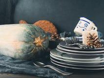 De la acción de gracias todavía de la cena vida con las placas en fondo oscuro Imagen de archivo