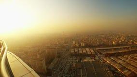 De la altura del rascacielos usted puede ver la ciudad en el humo y debajo del sol almacen de video