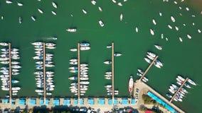 De la antena del top opinión abajo de barcos, de motoras y de veleros parqueados en los embarcaderos del puerto deportivo Imágenes de archivo libres de regalías
