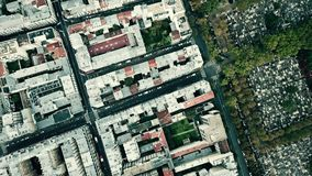 De la antena del top opinión abajo del distrito de Montparnasse y del cementerio famoso en París, Francia Fotografía de archivo
