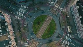 De la antena del top opinión abajo del tráfico del cruce giratorio en Amsterdam, Países Bajos almacen de video