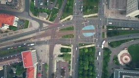 De la antena del top opinión abajo del tráfico en la intersección importante del camino de ciudad Fotos de archivo libres de regalías