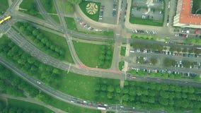 De la antena del top opinión abajo del tráfico en los caminos de ciudad europeos Imagen de archivo