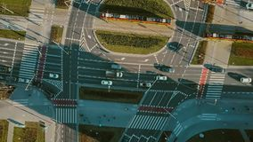 De la antena del top opinión abajo del tráfico por carretera en la calle importante de la ciudad Fotografía de archivo