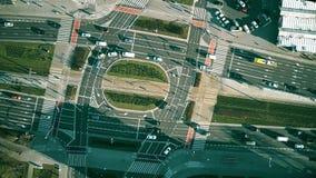 De la antena del top opinión abajo del tráfico por carretera en la intersección grande Foto de archivo