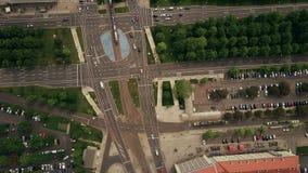 De la antena del top opinión abajo del tráfico por carretera urbano en la intersección importante de las calles Imágenes de archivo libres de regalías