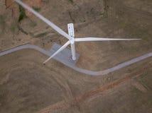 De la antena del top opinión abajo de la turbina de viento en Oklahoma Imágenes de archivo libres de regalías