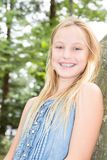 De la belleza de la muchacha retrato rubio al aire libre en día de verano Foto de archivo