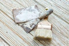 De la brocha de la paleta todavía del papel de lija antigüedad de madera de la teca de la vida Fotos de archivo