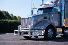 De la cadera del aparejo camión grande brillante gris potente semi con el guardia de la parrilla Fotografía de archivo