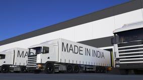 De la carga camiones semi con HECHO EN el subtítulo de la INDIA en el cargamento o la descarga del remolque Transporte 3D del car Imagen de archivo