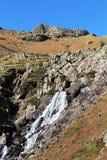 De la cascada afloramiento rocoso abajo en la ladera, Cumbria imágenes de archivo libres de regalías