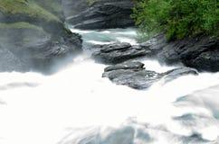 De la cascada rocas y piedras resbaladizas largas masivas blancas lechosas del valle abajo en verano Imagen de archivo