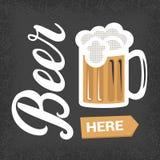 De la cerveza cartel del vintage aquí - con las letras y taza de cerveza Imágenes de archivo libres de regalías