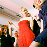 De la danse de gens dans un club de disco Photographie stock libre de droits