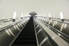 De la escalera móvil metro abajo Fotos de archivo libres de regalías