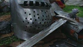 De la espada del cierre diapositiva medieval de la cámara para arriba - almacen de metraje de vídeo