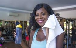 De la forma de vida entrenamiento del retrato dentro en el gimnasio de la mujer afroamericana negra feliz y atractiva joven sudor imagen de archivo libre de regalías
