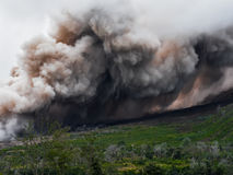 De la fumée et la cendre du volcan Sinabung est répandue le long du côté Photographie stock libre de droits