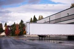 De la furgoneta cargamento seco del remolque semi y descarga en gat del muelle del almacén Fotos de archivo libres de regalías