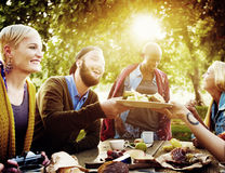 De la gente del alumerzo concepto diverso de la comida al aire libre imagenes de archivo
