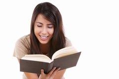 De la hembra libro de lectura joven feliz Imagen de archivo