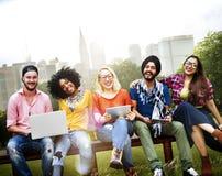 De la jeunesse d'amis d'amitié de technologie concept ensemble Image libre de droits