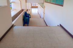 De la manera foco selecto del suelo del terrazo de las escaleras abajo con la profundidad del campo baja, piso de mármol Fotografía de archivo