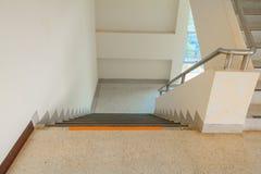 De la manera foco selecto del suelo del terrazo de las escaleras abajo con la profundidad del campo baja, piso de mármol Fotografía de archivo libre de regalías