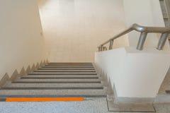 De la manera foco selecto del suelo del terrazo de las escaleras abajo con la profundidad del campo baja, piso de mármol Imágenes de archivo libres de regalías