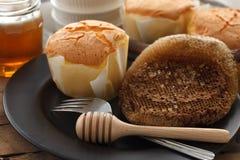 De la miel del pastel de queso suave de los pasteles todavía del postre primer dulce de la vida Imagen de archivo