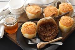 De la miel del pastel de queso suave de los pasteles todavía del postre primer dulce de la vida Imagenes de archivo