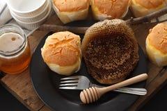 De la miel del pastel de queso suave de los pasteles todavía del postre primer dulce de la vida Foto de archivo