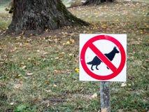 De la muestra un parque adentro prohibido para los perros imágenes de archivo libres de regalías