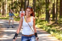 De la mujer joven del patinaje sobre ruedas deporte del verano al aire libre Imagen de archivo