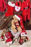 De la Navidad de peluche todavía de los osos vida en fondo de madera con hangi Foto de archivo