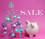 De la Navidad todavía de la venta vida con rosa en colores pastel y azul, con el árbol de navidad y las chucherías de plata Foto de archivo libre de regalías