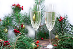 De la Navidad todavía del día de fiesta la vida con el chamán, pino ramifica, rojo Imágenes de archivo libres de regalías