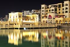 De la noche de la opinión ciudad abajo de la ciudad de Dubai Fotos de archivo libres de regalías