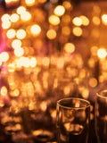 De la Noche Vieja el fondo borroso de la celebración festiva con los vidrios de champán Fuegos artificiales y bokeh del oro del v imagen de archivo libre de regalías
