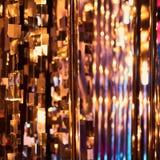 De la Noche Vieja el fondo borroso de la celebración festiva con los vidrios de champán Fuegos artificiales y bokeh del oro del v imagenes de archivo