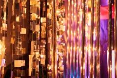 De la Noche Vieja el fondo borroso de la celebración festiva con los vidrios de champán Fuegos artificiales y bokeh del oro del v foto de archivo libre de regalías