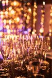 De la Noche Vieja el fondo borroso de la celebración festiva con los vidrios de champán Fuegos artificiales y bokeh del oro del v imagen de archivo