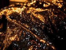 De la Noche Vieja el fondo de la celebración con los vidrios de champán Fuegos artificiales y bokeh del oro del vintage en espaci fotos de archivo