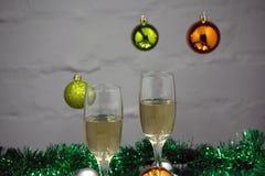 De la Noche Vieja la tabla del partido con la cinta de la flauta de champán y el brillo de oro Fotos de archivo libres de regalías