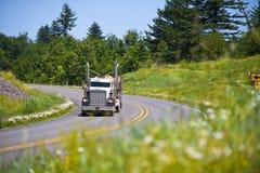 De la obra clásica madera de construcción que lleva del aparejo grande del camión semi en la carretera Imagen de archivo libre de regalías