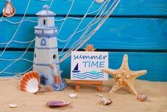 De la playa todavía de las vacaciones de verano vida con el texto escrito en el caballete Imagenes de archivo