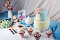 De la primavera todavía de la mañana torta de la vida en colores en colores pastel con las flores fotos de archivo libres de regalías
