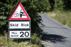 De la resbalón del riesgo de la señal de tráfico de la grava de la seguridad de la velocidad máxima 20 mph veinte para los conduc Foto de archivo